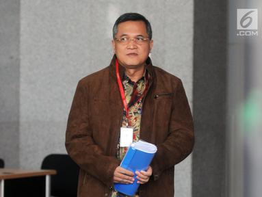 Senior Vice President Legal Corporate PT PLN Dedeng Hidayat tiba di Gedung KPK, Jakarta, Senin (29/4/2019). Dedeng diperiksa sebagai saksi untuk tersangka Direktur Utama PLN nonaktif Sofyan Basir terkait dugaan suap proyek pembangunan PLTU Riau-1. (merdeka.com/dwi narwoko)