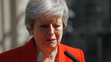 Perdana Menteri Inggris Theresa May menangis saat mengumumkan pengunduran dirinya di luar 10 Downing street di pusat London (24/5/2019). Theresa May mengumumkan dirinya akan mundur pada 7 Juni mendatang. (AFP Photo/Tolga Akmen)