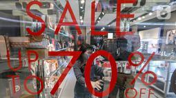 Pramuniaga merapikan tas di salah satu tenant di Lippo Mall Puri, Jakarta, Senin (15/6/2020). Pergub Nomor 51 tahun 2020 tentang PSBB pada masa transisi Lippo Malls di wilayah Jakarta kembali beroperasi pada pukul 12.00 – 20.00 WIB dengan menyiapkan protokol kesehatan. (Liputan6.com/Fery Pradolo)