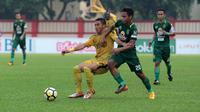 Pemain Bhayangkara FC, Alsan Sanda (kiri) berebut bola dengan pemain Persebaya Surabaya, Osvaldo Haay  pada laga Gojek Liga 1 bersama Bukalapak di Stadion PTIK, Jakarta, Rabu (11/7/2018). (Bola.com/Nick Hanoatubun)