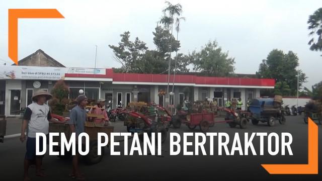 Puluhan petani mendemo sebuah SPBU sambil kendarai traktor di Boyolali, Jawa Tengah. Mereka memprotes keputusan SPBU yang dinilai mempersulit dalam menjual bahan bakar.
