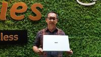 Presiden Direktur Acer Indonesia Herbet Ang bersama laptop tertipis di dunia Acer Swift 7 (Liputan6.com/ Agustin Setyo W)