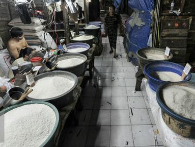Pedagang beras menunggu pembeli di pasar tradisional Pasar Minggu, Jakarta, Senin (11/7). Pasca libur lebaran 2016, aktifitas jual-beli di pasar tradisional masih sepi. (Liputan6.com/Yoppy Renato)