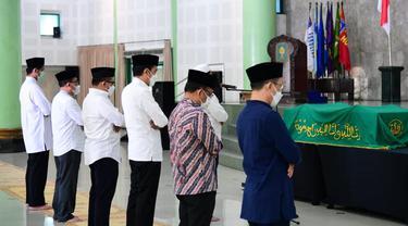 Presiden Joko Widodo pada Senin, 1 Maret 2021, datang melayat ke mendiang Mantan Hakim Agung MA Artidjo Alkostar di Masjid Ulil Albab, Kampus Terpadu Universitas Islam Indonesia (UII), Yogyakarta.