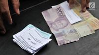Polisi menunjukkan barang bukti saat rilis di Mapolsek Tanah Abang, Jakarta, Senin (4/6). Dalam kasus ini polisi mengamankan delapan orang tersangka beserta 78 lembar karcis retribusi, dan 130 lembar karcis parkir. (Merdeka.com/Iqbal S Nugroho)