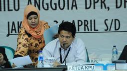 Ketua KPU Husni Kamil Manik tampak memberikan pandangan saat  rapat pleno terbuka di ruang sidang utama KPU, Jakarta, Senin (28/4/14). (Liputan6.com/Andrian M. Tunay)