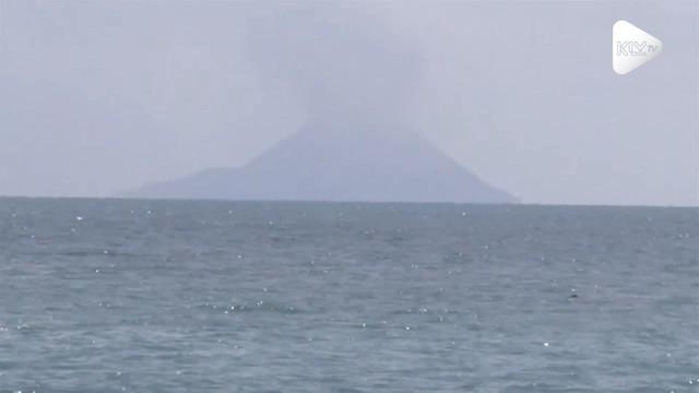 Gunung Anak Krakatau keluarkan asap tebal kelabu dan masih terjadi letusan kecil hingga ratusan kali. Aktifitas gunung ini fluktuatif selama 6 bulan.