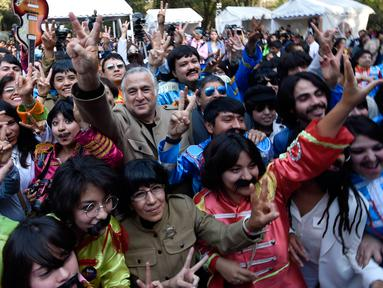 "Ratusan orang ambil bagian dalam upaya memecahkan rekor dunia ""Guinness World Record"" dengan jumlah terbesar orang mengenakan pakaian dan bergaya seperti  The Beatles di sebuah taman di Mexico City, Meksiko 28 November 2015. (AFP PHOTO/ALFREDO ESTRELLA)"