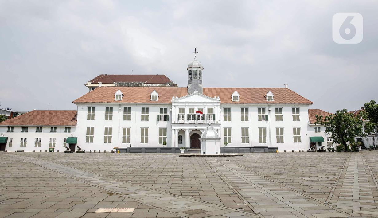 Suasana area Museum Fatahillah yang sepi di kawasan wisata Kota Tua, Jakarta, Sabtu (15/5/2021). Pemerintah Provinsi DKI Jakarta menutup kawasan wisata Kota Tua hingga 16 Mei 2021. (Liputan6.com/Faizal Fanani)