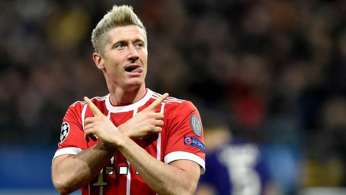 3. Robert Lewandowski - Striker mematikan milik Bayern Munchen ini tak hanya handal dalam membobol gawang lawan. Pria Polandia itu berhasil menuntaskan gelar sarjananya di jurusan Pendidikan Fisik di Sekolah Olahraga Warsawa. (AFP/John Thys)