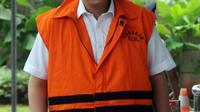 Anggota Komisi I DPR dari Fraksi Golkar, Fayakhun Andriadi memasuki gedung KPK untuk menjalani pemeriksaan, Jakarta (6/4). Fayakhun menjadi tersangka kasus suap pengadaan satelit monitoring di Badan Keamanan Laut (Bakamla). (Merdeka.com/Dwi Narwoko)