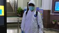 Petugas Satgas Covid-19 Kota Malang bersiap menyemprotkan disinfektan. Kasus virus corona baru ini tersebar rata di wilayah Malang Raya (Liputan6.com/Zainul Arifin)
