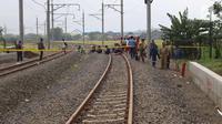 Petugas saat berada di jalur kereta api Bandara Soetta, Tangerang, Banten, Selasa (6/2). Akibat longsor di Underpass Perimeter Selatan mengakibatkan jalur kereta bandra harus di tutup agar tidak terjadi longsor susulan.(Liputan6.com/Angga Yuniar)