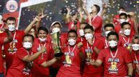 Para pemain Persija Jakarta melakukan selebrasi usai menjuarai Piala Menpora 2021 di Stadion Manahan, Solo, Minggu (25/4/2021). (Bola.com/M Iqbal Ichsan)