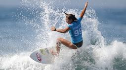 Peselancar Kosta Rika, Brisa Hennessy melakukan aksinya sehari sebelum dimulainya kejuaraan dunia surfing dari Liga Selancar Dunia (World Surf League) di Pantai Keramas Kabupaten Gianyar, Bali, Minggu (12/5/2019). Ajang itu akan diselenggarakan mulai 13-25 Mei 2019. (SONNY TUMBELAKA/AFP)