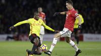 Pemain Watford, Abdoulaye Doucoure (kiri) mencoba melewati adangan pemain Manchester United, Nemenja Matic pada lanjutan Premier League di Vicarage Road stadium, Watford, (28/11/2017). MU menang 4-2. (AP/Matt Dunham)