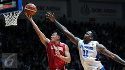 Pebasket Indonesia, Ebrahim Lopez Enguio (kiri) mencoba memasukkan bola ke jala Filipina di laga final SEA Games ke-28 di OCBC Arena Singapore, Senin (15/6/2015). Indonesia kalah 64-72 dari Filipina. (Liputan6.com/Helmi Fithriansyah)