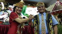 Pasangan calon gubernur Kalimantan Barat Karolin Margret Natasa dan wakilnya Suryadman Gidot tersenyum sambil berjabat tangan saat pengumuman cagub-cawagub PDIP di kantor DPP PDIP Lenteng Agung, Jakarta, Minggu (7/1). (Liputan6.com/Faizal Fanani)
