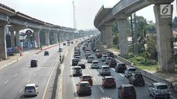 Rekayasa lalu lintas jalur satu arah (one way) diberlakukan di Tol Kalikangkung-Cikarang, Karawang, Jawa Barat, Minggu (9/6/2019). Sistem one way arus balik di jalur tersebut diperpanjang hingga pukul 24.00 WIB akibat tingginya volume kendaraan yang menuju Jakarta. (Liputan6.com/Immanuel Antonius)
