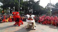Pertunjukkan barongsai memeriahkan ajang car free day (CFD) di pelataran depan Bundaran Hotel Indonesia (HI) Jakarta, Minggu (26/1/2020) pagi. (Liputan6.com/Lizsa Egeham)