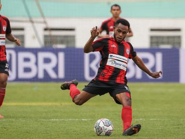 Winger Persipura Jayapura, Gunansar Papua Mandowen tercatat sebagai salah satu pemain termuda yang mampu mencetak gol di BRI Liga 1 musim 2021/2022. Golnya ke gawang Persiraja Banda Aceh, diciptakan saat usianya menginjak 20 tahun 10 bulan 10 hari. (Bola.com/Bagaskara Lazuardi)