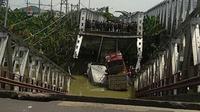 Jembatan baru Widang Tuban yang menuju arah Tuban ambrol, Selasa (17/4/2018) sekitar pukul 10.30 WIB. Foto: (Aditya Varia via e100/Suarasurabaya.net)