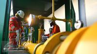 Petugas mengecek instalasi pipa metering regulating station PT Perusahaan Gas Negara (Persero) Tbk di PT Lion Metal Works di Jakarta, (28/10/2015). Sektor Industri kini mulai mengkonversi dari bahan bakar minyak ke gas alam. (Liputan6.com/Angga Yuniar)