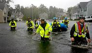 Tim penyelamat mencari korban setelah badai Florence menghantam wilayah Fayetteville, Carolina Utara, Minggu (16/9). Dilansir dari CNN, sebagian korban jiwa berasal dari Carolina Utara. (AP Photo/David Goldman)