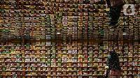 Seorang perempuan berbelanja mi instan di salah satu store KKV, Central Park Mall, Jakarta, Jumat (8/1/2020). Store yang didesain instagrammable ini menawarkan ratusan merek mi instan dari dalam maupun luar negeri, seperti Singapura, Thailand, Korea Selatan, dan Jepang. (Liputan6.com/Johan Tallo)