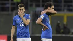 Gelandang Italia, Stephan El Shaarawy, tampak sedih usai gagal membawa Italia lolos ke Piala Dunia 2018 setelah disingkirkan Swedia di Stadion Giuseppe Meazza, Senin (13/11/2017). Italia bermain imbang 0-0 dengan Swedia. (AFP/Miguel Medina)