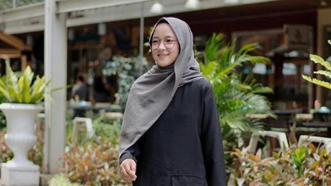 3 Inspirasi Gaya Hijab Modern Minimalis ala Nissa Sabyan - Fashion ... 6fc6dc056a
