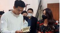 Hyun Bin dapat hadiah batik dari penggemarnya di Indonesia. (dok.Instagram @yuanitarohali/https://www.instagram.com/p/CQUsREvA7Pl/Henry)