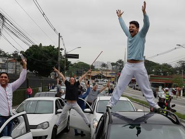 Ratusan pengemudi Uber saat unjuk rasa di Sao Paulo, Brasil (30/10). Mereka memprotes adanya aturan baru yang dibuat pemerintahannya dan dapat mengubah status mereka sama seperti taksi konvensional. (AP Photo / Andre Penner)