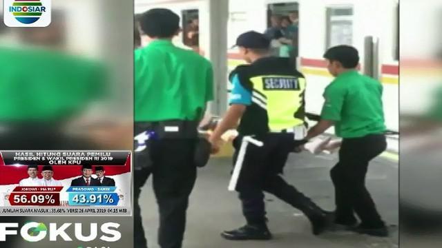Setelah sampai di Stasiun Universitas Indonesia, wanita bersama sang bayi langsung dibawa ke Rumah Sakit UI.