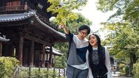 Melalui akun Instagramnya, baik Armand Maulana dan Dewi Gita keduanya sering membagikan momen mesra. Salah satunya saat mereka pernah berlibur ke negara Sakura waktu itu. (Liputan6.com/IG/@armandmaulana04)