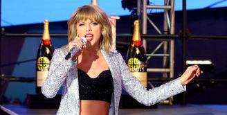 Menjadi salah satu korban pelecehan seksual yang dilakukan David Mueller, Taylor Swift tidak tinggal diam. Ia membawa kasus ini ke ranah hukum dan pada akhirnya ia juga lah yang memenangkannya. (AFP/Astrid Stawiarz)