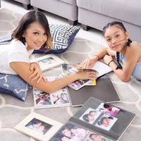 Saat meluncurkan video klip Sahabat Setia, Nola B3 dan putrinya, Naura juga menggelar mini showcase untuk para ibu-ibu dan temannya Naura. Acara berlangsung di  Ice Palace pada 22 Desember 2017. (Instagram/riafinola)