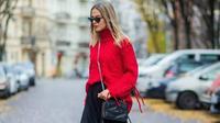 Perlu trik khusus saat mengenakan sweater warna terang agar tak terlihat berlebihan. Intip inspirasinya berikut ini. (Foto: Instagram.com/@thestyleograph)