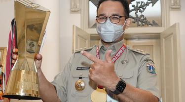 Gubernur DKI Jakarta, Anies Baswedan bersama trofi Piala Menpora yang dimenangi Persija Jakarta.