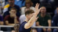Forward Chicago Bulls, Jimmy Butler (kanan), mengoper bola melewati forward Utah Jazz, Gordon Hayward, dalam laga babak reguler NBA 2016-2017 di Vivint Smart Home Arena, Salt Lake City, Jumat (18/11/2016) WIB. (AP Photo/George Frey)