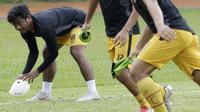 Pemain Bhayangkara FC, Ilham Udin, memegang bola saat latihan jelang laga Piala Indonesia 2019 di Stadion PTIK, Jakarta, Kamis (31/1). Bhayangkara FC akan berhadapan dengan PSBL Langsa. (Bola.com/M. Iqbal Ichsan)