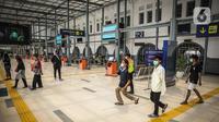 Penumpang kereta keluar dari Stasiun Pasar Senen, Jakarta, Kamis (6/5/2021). Larangan mudik Lebaran 2021 upaya Pengendalian Penyebaran Corona Virus Disease 2019 (COVID-19) Selama Bulan Suci Ramadhan 1442 Hijriah. (Liputan6.com/Faizal Fanani)