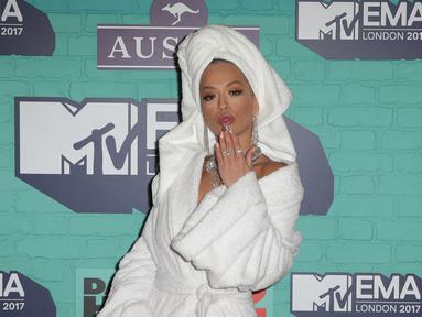 Penyanyi Rita Ora menghadiri MTV Europe Music Awards (MTV EMA) 2017 di The SSE Arena, London, Minggu (12/11). Rita Ora yang menjadi host sekaligus pengisi acara MTV EMA 2017, muncul di karpet merah secara mengejutkan. (Daniel LEAL-OLIVAS/AFP)