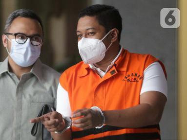 Mantan penyidik KPK dari unsur Polri, Stepanus Robin Pattuju (kanan) usai menjalani pemeriksaan labnjutan di Gedung KPK, Jakarta, Selasa (8/6/2021). Stepanus Robin Pattuju merupakan tersangka dugaan suap terkait penanganan perkara Wali Kota Tanjung Balai 2020-2021. (Liputan6.com/Helmi Fithriansyah)