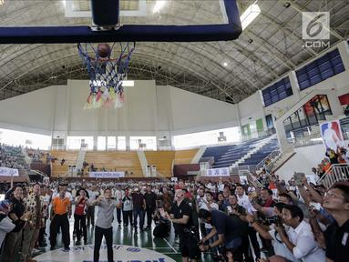 Wakil Gubernur DKI Jakarta Sandiaga Salahudin Uno saat melakukan tembakan three point usai membuka pelatihan pendidikan Basket di Gor Ciracas, Jakarta, Rabu (24/1). (Liputan6.com/Faizal Fanani)