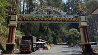 Petugas kepolisian dan  BPBD tetap bersiaga di pintu masuk Taman Wisata Alam Gunung Tangkuban Parahu, Minggu (28/7/2019). (Liputan6.com/Huyogo Simbolon)