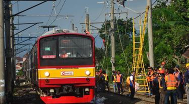 Perbaikan jaringan listrik aliran atas yang putus akibat ditabrak KRL Commuter Line di Kebon Pedes, Kota Bogor. (Liputan6.com/Achmad Sudarno)