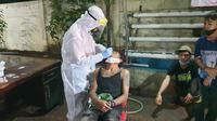 Aparat gabungan melakukan operasi yustisi di wilayah Sawangan dan Bojongsari, Depok. Petugas juga melakukan tes usap antigen secara acak kepada pengunjung kafe dan warkop. (Liputan6.com/Dicky)