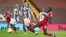 Striker Liverpool, Sadio Mane, mencetak gol ke gawang West Bromwich Albion pada laga Liga Inggris di Stadion Anfield, Minggu (27/12/2020). Kedua tim bermain imbang 1-1. (Nick Potts/Pool via AP)