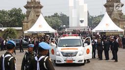 Suasana saat kedatangan mobil jenazah pembawa Presiden ke-3 RI BJ Habibie di TMP Kalibata, Jakarta, Kamis (12/9/2019). Habibie meninggal pada usia 83 tahun akibat gagal jantung dan menua. (Liputan6.com/Helmi Fithriansyah)